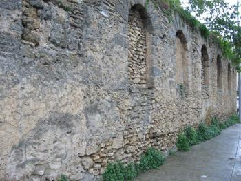 palermo_ex_baglio_benso_degli_orfanelli_muro_con_piccole_finestre_ad_arco_a_tutto_sesto