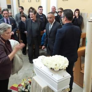 Funerali neonata, fotografo aggredito