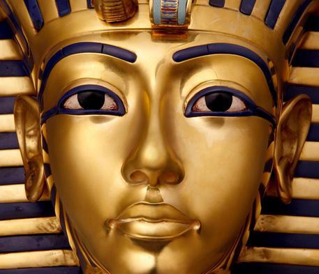 Tutankhamon, staccata e riattaccata barba