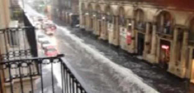 Violenta grandinata su Catania. Via Etnea trasformata in un fiume in piena