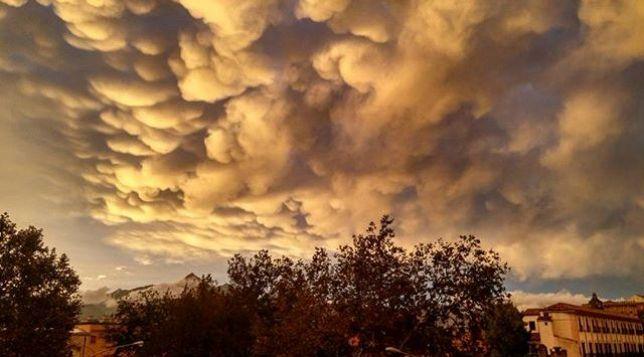 """Maltempo, violento nubifragio a Palermo: paurosi """"mammatus"""" nel cielo, poi un arcobaleno doppio"""