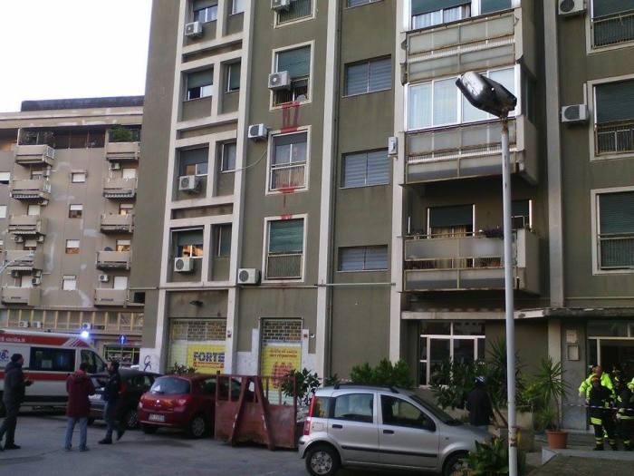 Anziana scivola in casa a Palermo, vicini allertati dal sangue: il video