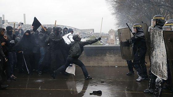 La Francia si ferma contro la riforma del lavoro: scontri tra manifestanti e polizia