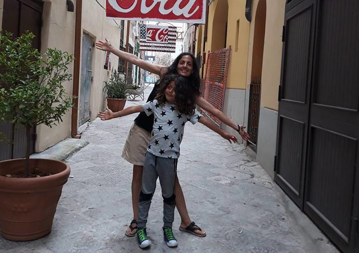 In Vicolo Cagliostro, sabato pieno di colore con l'installazione di  ombrelli decorati