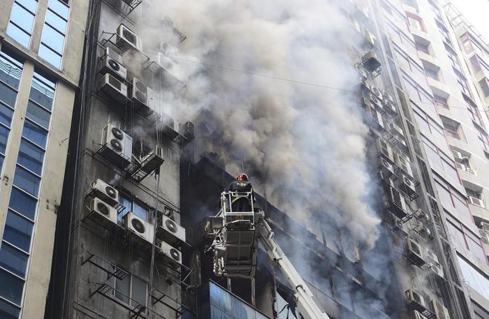 Bangladesh: incendio in un palazzo a Dacca, persone intrappolate