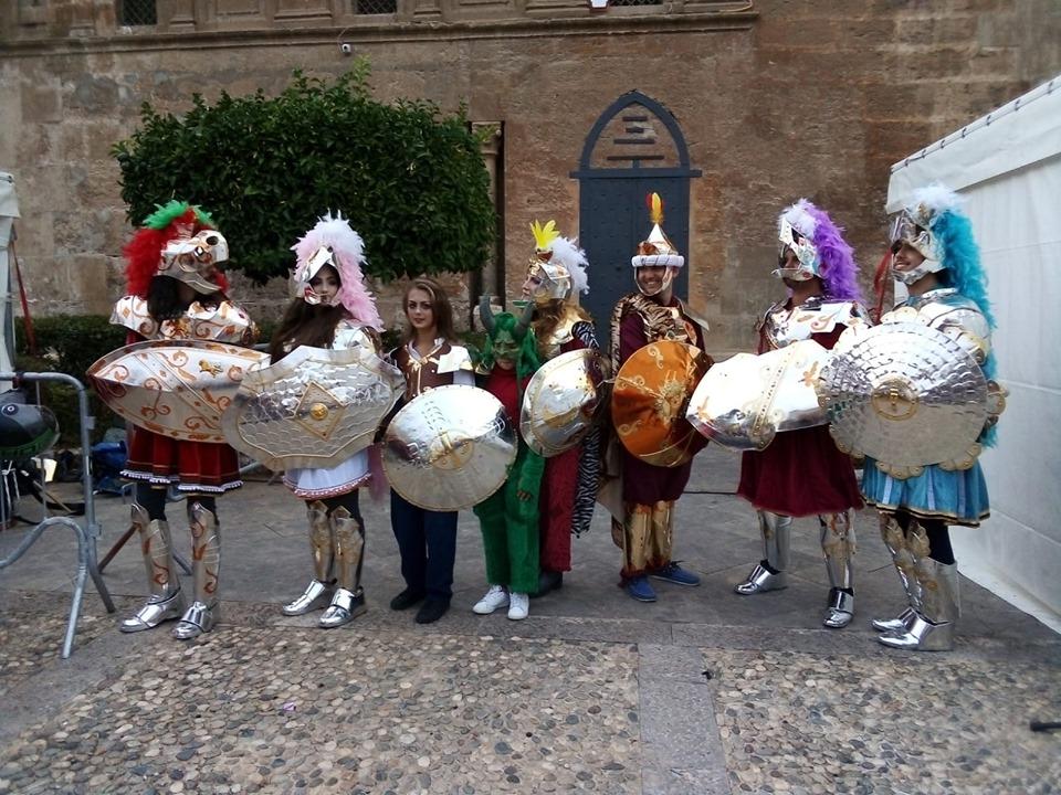 I pupi siciliani interpretati da attori in carne e ossa. Sabato pomeriggio in corteo lungo il centro storico per raccontare le loro gesta